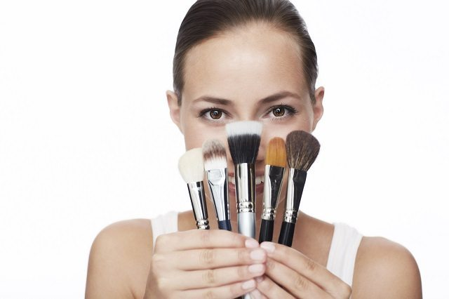 makeup, brushes, clean, solutions, antiseptic, bacteria, coconut oil, olive oil, tea tree oil, face, beauty, trends, quick